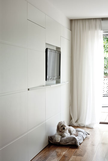 """4. אפילו הכלב לבן. ארונות שעיצב אלון צבי כהן בע""""מ. צילום: ג'י כהן"""