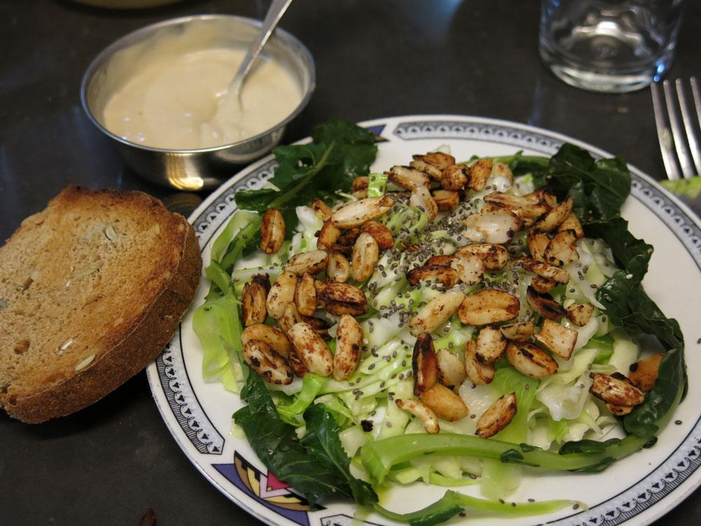 סלט כרוב עם זרעי צ'יה (צילום: גלי לופו אלטרץ)