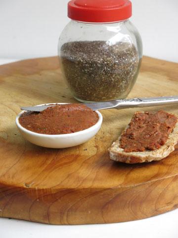 ממרח עגבניות מיובשות עם זרעי צ'יה (צילום: גלי לופו אלטרץ)