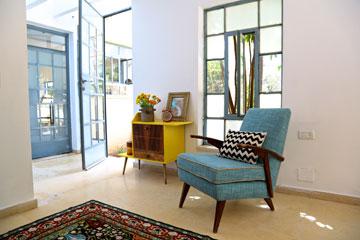 לסטודיו שתי דלתות: מהמטבח ומרחבת הכניסה לבית (צילום: ליאור דנציג)
