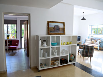 בין הסלון לחדר ההורים. את הצילומים שתלויים ברחבי הבית צילמה דנציג (צילום: ליאור דנציג)
