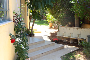 ספסלי בית כנסת משופצים לפני הכניסה לבית (צילום: ליאור דנציג)