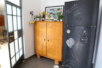 מקרר שנצבע בצבע לוח גיר, ארון ישן לכלים ודלת שמחברת בין המטבח לסטודיו (צילום: ליאור דנציג)