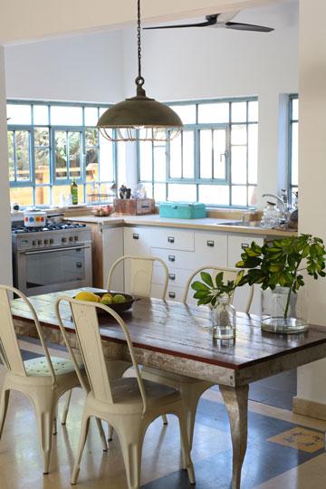 את שולחן האוכל עיצב האמן יובל שאול (צילום: ליאור דנציג)