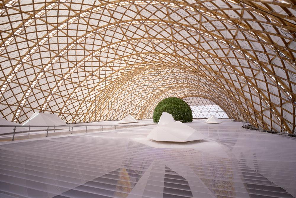 """עבודה של באן: הביתן היפני בתערוכת Expo בהאנובר, גרמניה, 2000. """"מורה מסור שלא רק משמש כמודל לחיקוי, אלא כמודל מעורר השראה"""", כתבו השופטים (צילום: Shigeru Ban Architects)"""