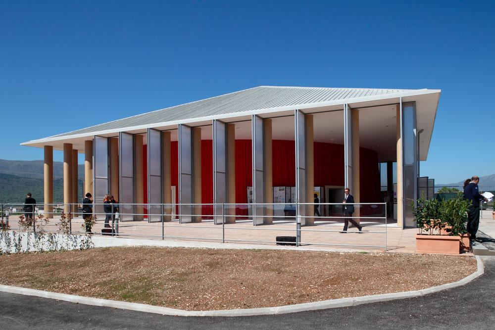 אולם הקונצרטים הזמני שתיכנן באן בל'אקווילה, איטליה, כמחווה לתושבים שנפגעו ברעידת האדמה שפקדה את העיר (צילום: Shigeru Ban Architects)