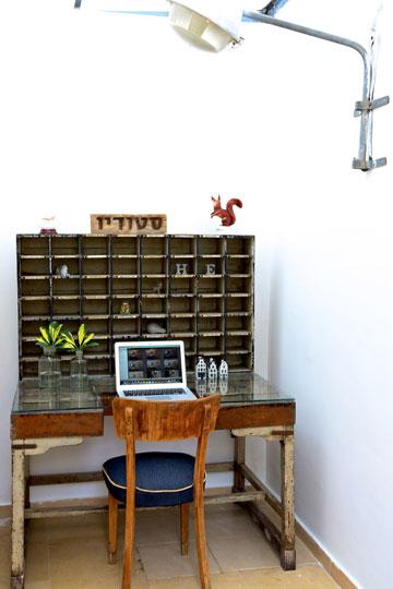 פינת העבודה בסטודיו: שולחן מהודו ומנורת רחוב (צילום: ליאור דנציג)