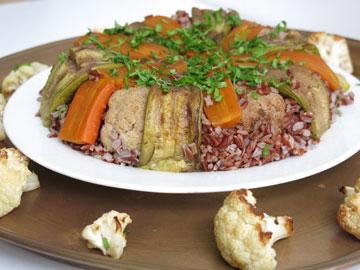 מקלובה טבעונית עם אורז אדום (צילום: גלי לופו אלטרץ)