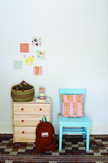 לשדרג את החדר עם כרית (מתוך הספר ''בד נייר חוט ומחט'')