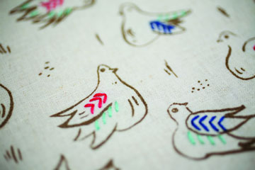 יונים עם תוספת רקמה (מתוך הספר ''בד נייר חוט ומחט'')