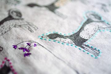 השתמשו בדימיון כדי להחליט איזה סוגי תפרים להוסיף לבד (מתוך הספר ''בד נייר חוט ומחט'')