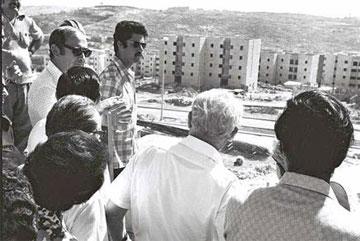 יסקי מציג את גילה לנשיא המדינה, אפרים קציר. 1973 (צילום: משה מילנר)