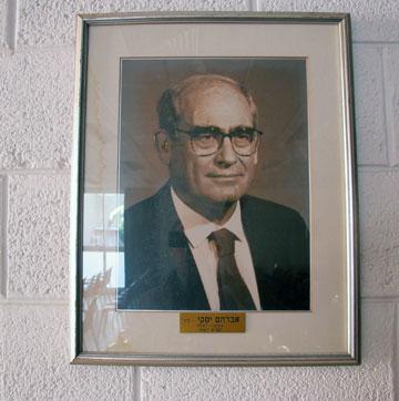האם עיקר תרומתו הייתה למעשה ציבורית? דיוקנו באולם הדיונים בבית המהנדס בת''א (צילום : מיכאל יעקובסון)