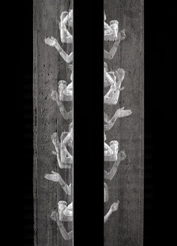 """""""התערוכה עוסקת בפולחן הילדות, ביחסים שבין הורים לילדים, וכתוצאה מזה גם במקום של פולחן הדת בחברה"""". העבודה """"עקידה"""" מתוך """"תור הזהב"""" (צילום: איליה מרקוס ותום אבירם)"""