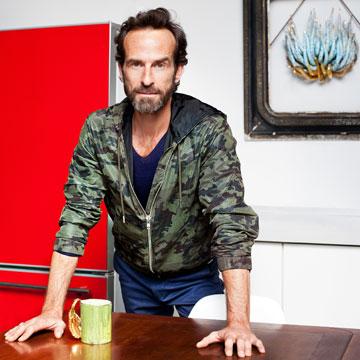 """מארונו של די: מכנסיים, יוניקלו; חולצה, וינטג' מניו יורק; ז'קט, ז'יבנשי; נעליים, פראדה (לוק מספר 3). """"הלוק הספורטיבי שלי, הנינוח"""" (צילום: ענבל מרמרי)"""