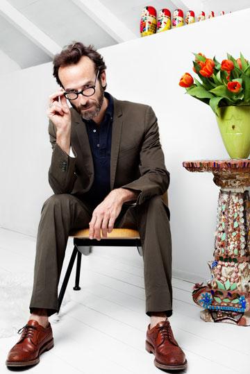 """מתוך ארונו של די: חליפה, דולצ'ה וגבאנה; חולצה, יוניקלו; נעליים, אלדן (לוק מספר 2). """"את המכנסיים קיצרתי לאורך הקרסוליים בהשפעתו של המעצב האמריקאי תום בראון, ואני אוהב ללבוש את החליפה עם נעלי אוקספורד וללא גרביים"""" (צילום: ענבל מרמרי)"""