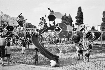 """גן הירקון שעיצב גדעון שריג, מתוך """"גני המשחקים הנעלמים"""". אז קראו לזה גן הרפתקאות (באדיבות ארכיון עיריית תל אביב)"""