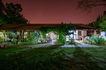 בית ישן בקיבוץ נען. הספר בעריכת קסטרו מתייחס גם להיבטים אדריכליים (צילום: אילן נחום)