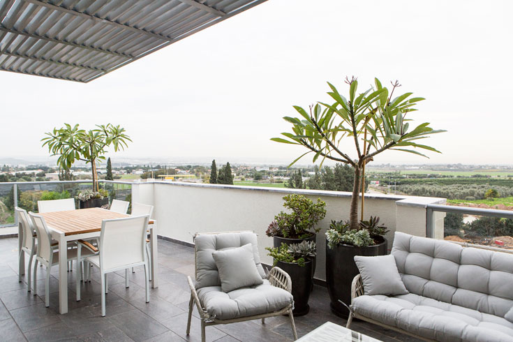 """הדירה מוקפת במרפסת ששטחה כ-40 מ""""ר (צילום: איתי בנית)"""
