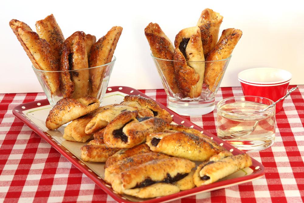 רולדות שמרים במילוי תמרים, פרג ושוקולד (צילום: אסנת לסטר)