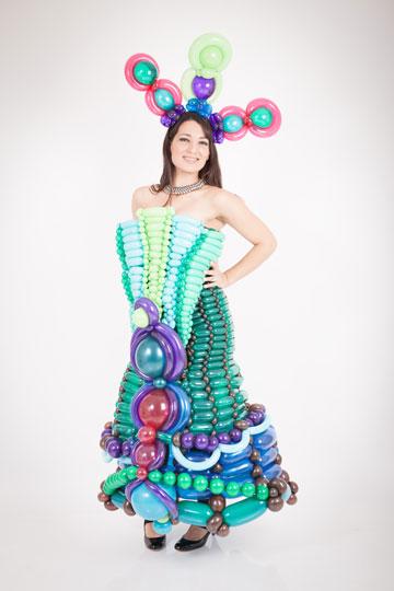 מעין גורי. יוצרת פרטי לבוש בהשראת פסטיבל המסכות בוונציה (צילום: ליבי קטן נאור)