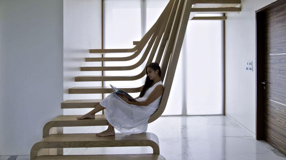 המדרגות בווילה פרטית במומבאי, הודו, משמשות גם כאלמנט פיסולי (וגם כספסל ישיבה במקרה הצורך) (image © Bharath Ramamrutham)