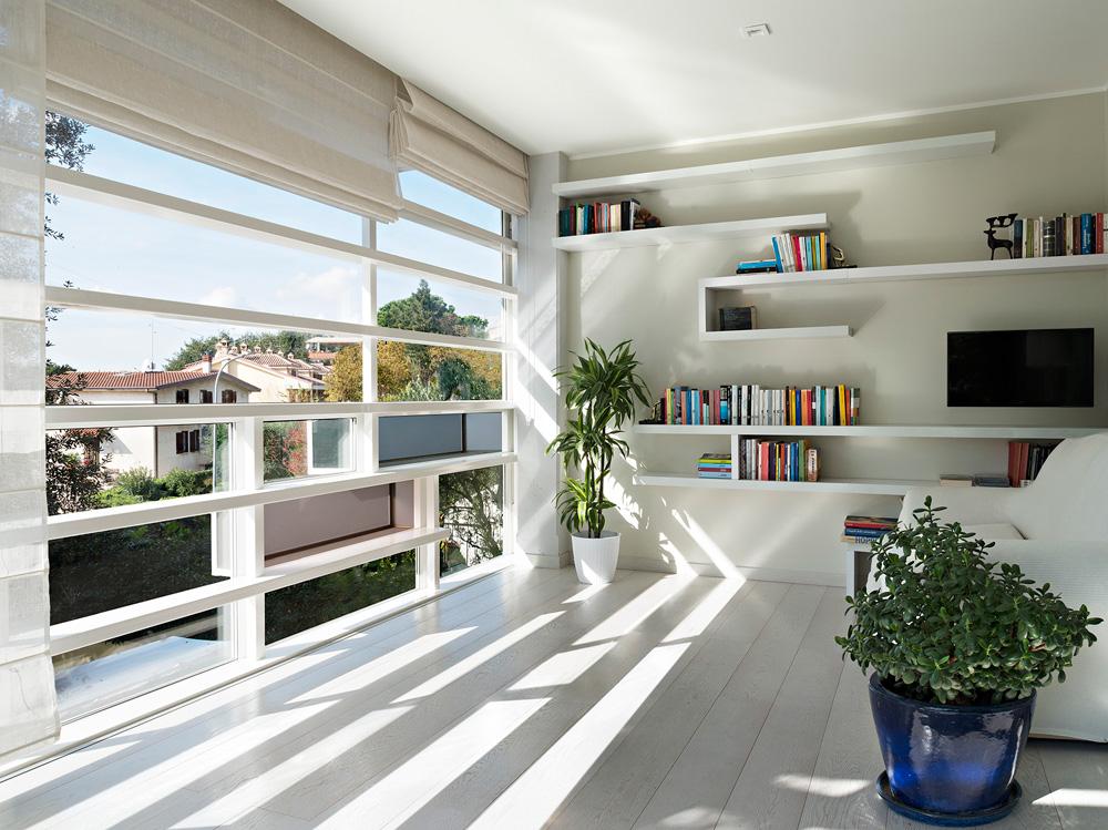 קשה למצוא פרויקטים באיטליה, על רקע המשבר המתמשך. כאן מדובר בשיפוץ דירה בת 200 מ''ר תוך פריצת חלונות (צילום: Davide Virdis)