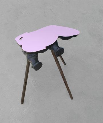 """שולחן קרנף, מתוך """"סידורי ישיבה"""" (באדיבות גלית שבו וגלריה פרדיגמה)"""