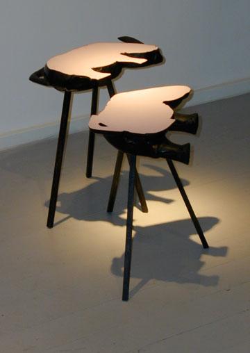 """שני שולחנות קרנף, מתוך """"סידורי ישיבה"""" (באדיבות גלריה פרדיגמה)"""