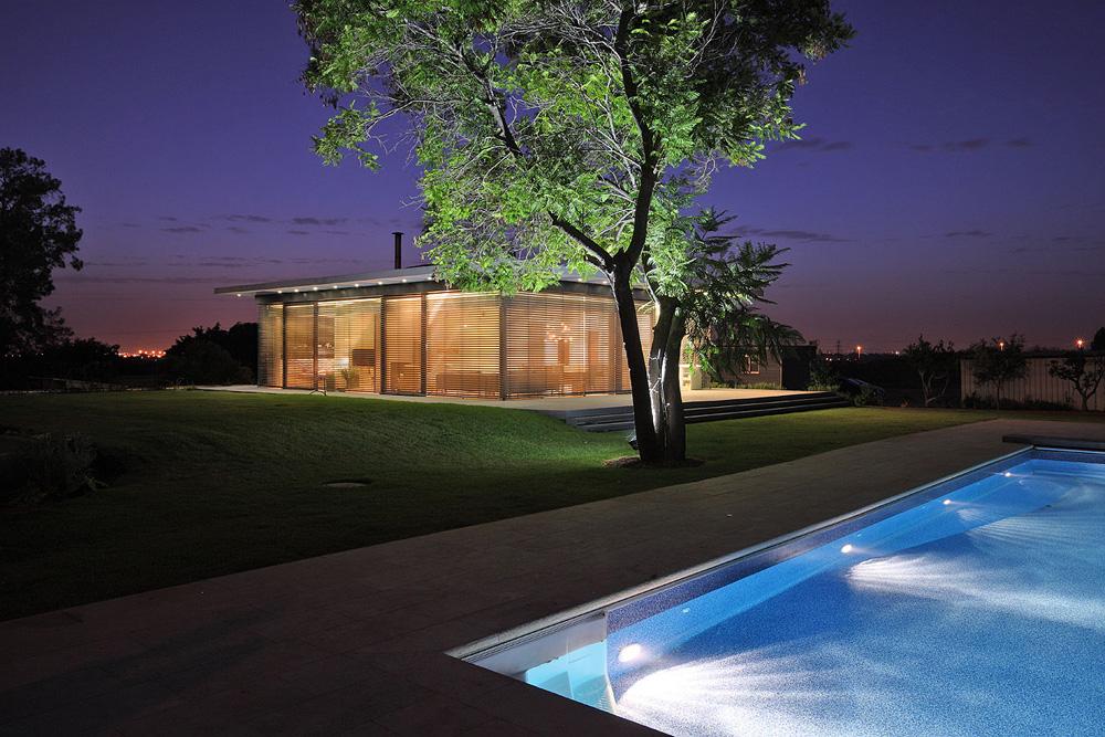 וילה בתכנונה של שרון אקר, שבחרה להתמקד בבתים פרטיים. ''אני אוהבת שיש לי גם זמן לעצמי''. לדעתה, נשים טובות יותר מגברים בתכנון בתים (צילום: עוזי פורת)