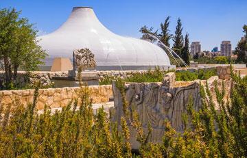 היכל הספר. תמי יניב השתתפה בשיפוץ מוזיאון ישראל, בשותפות עם אסף לרמן. האם שמן של הנשים תמיד נדחק? (צילום: Edmund Gall, cc)