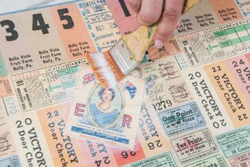 מורחים שכבת דבק על גבי הנייר כולו ומניחים לייבוש (צילום: עדי אדר)