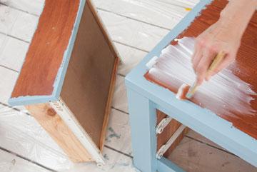 מורחים דבק מודג'-פודג' על הרהיט  (צילום: עדי אדר)