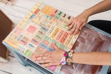 מדביקים ומהדקים את הנייר (צילום: עדי אדר)