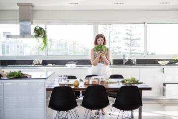 השולחן משמש לאירוח, לאכילה ולמלאכה (צילום: רות שמולביץ)