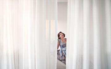 מצב הווילונות, שנתלו כמו מסך, תלוי במצב הרוח (צילום: רות שמולביץ)