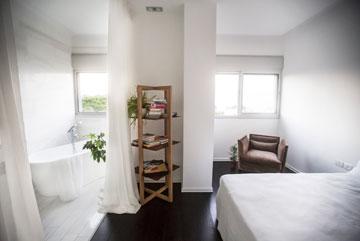 חדר השינה של וקנין. הפרקט כהה מאוד, כמו רצפה של במה (צילום: רות שמולביץ)