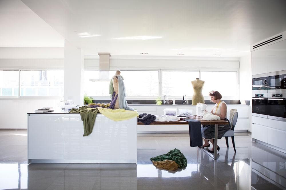 וכאן, לעומת זאת, הוא משמש לעיצוב אופנה. הבגדים שלובשת וקנין בצילומים הם יצירות שלה (צילום: רות שמולביץ)