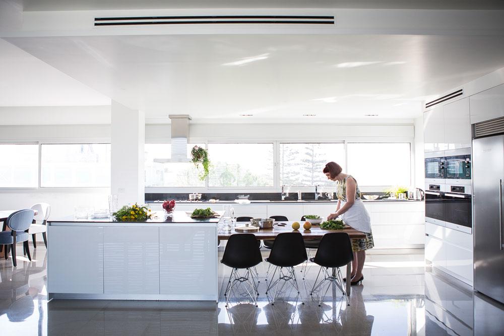 לשולחן המטבח יש שימושים רבים. כאן הוא משמש לבישול (צילום: רות שמולביץ)