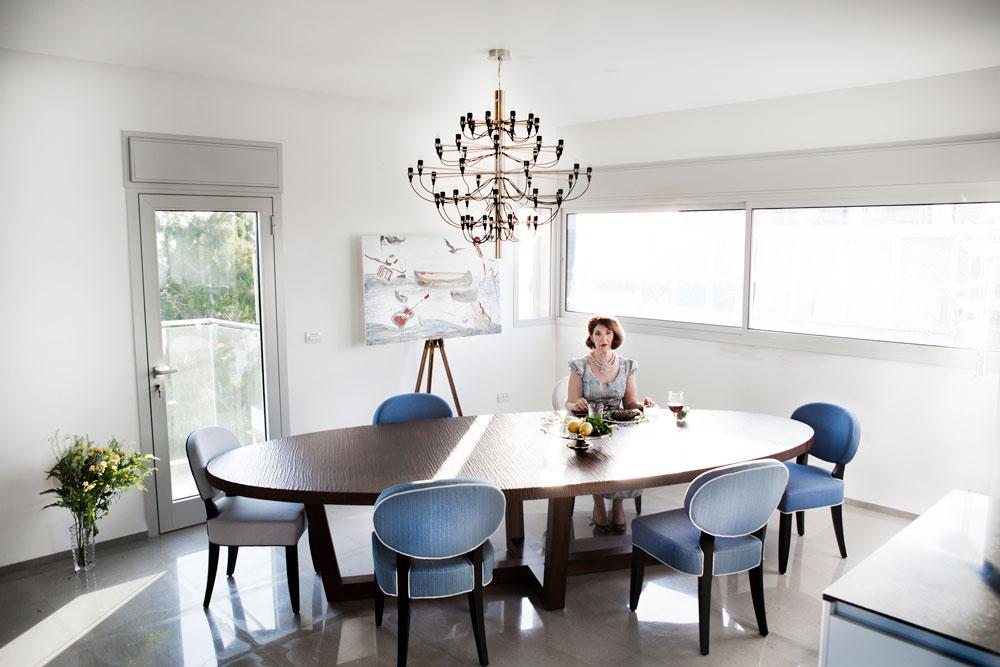 במשך שנים שיחקה וקנין בתיאטרון, ובצילומי הדירה ביימה את עצמה. המנורה שתלויה מעל השולחן היא השלישית שהובאה לדירה, אחרי ששתיים קודמות נתלו והוסרו (צילום: רות שמולביץ)