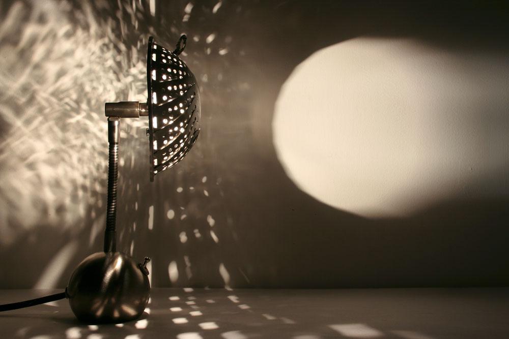 במקביל לעבודתם המשותפת על גופי התאורה משתפים בני הזוג פעולה בעבודות מיצב מוזמנות. גם בפרויקטים אלה, שהם עבודות חלל יותר אמנותיות, הם מתייחסים למערכת היחסים שבין הדו-ממד – ציורי האור המתקבלים בחלל בעקבות הקרנת התאורה - לבין הנפחיות של האובייקט המקרין (צילום: אבנר בן נתן)