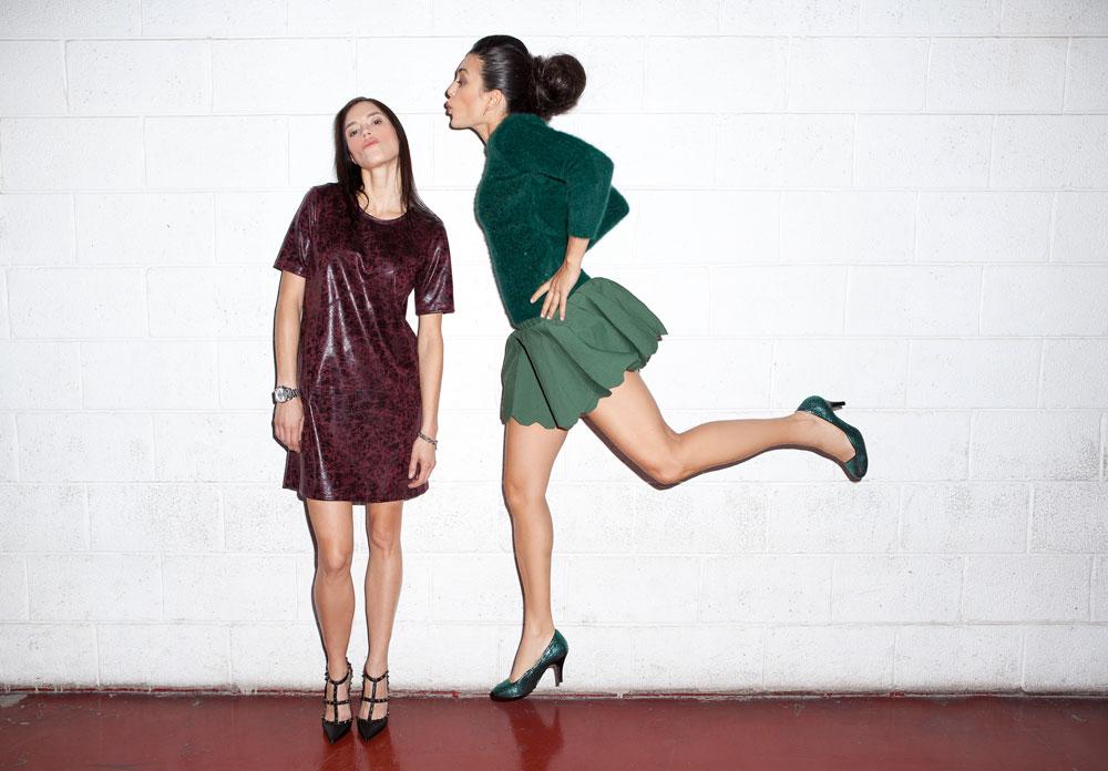 מימין: מאיה קרמר בסריג, חצאית ונעליים – קאלה. אלקסה רזניק בשמלה בעיצובה למותג אקסלה (צילום: תום מרשק)