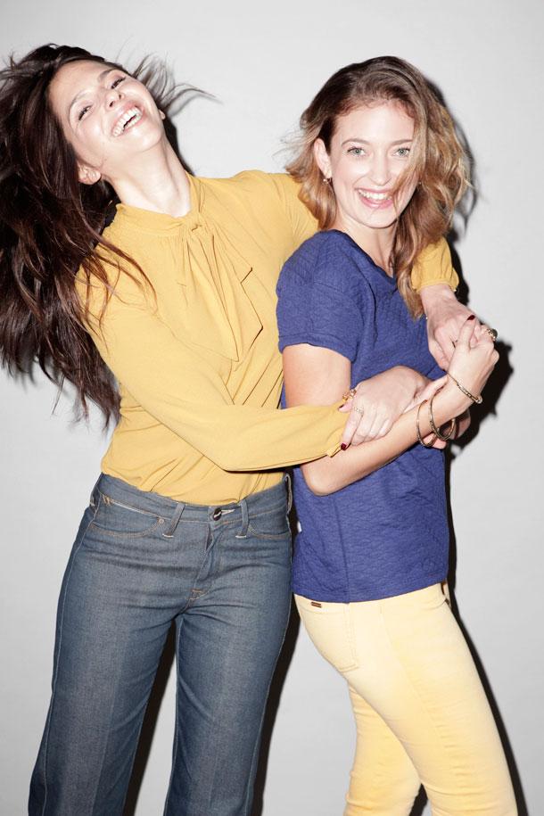 מימין: אנה אוסיפוב בחולצה, זיפ; מכנסיים, חגית טסה; צמידים, Sasha's State of Mind. איילת הכהן בחולצה, דפנה לוינסון HDL; ג'ינס, Wrangler (צילום: תום מרשק)
