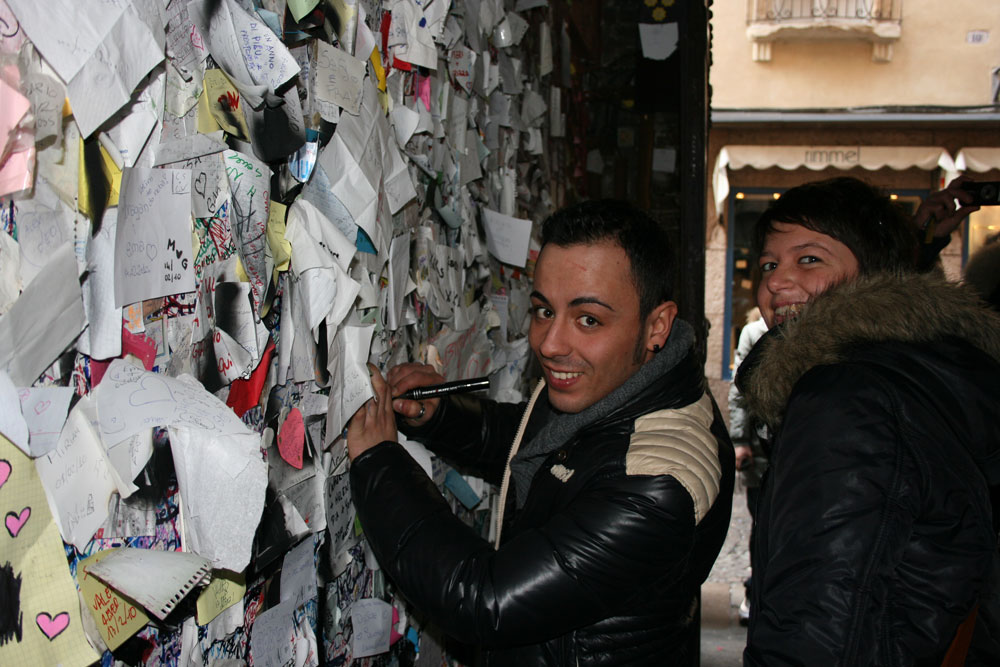 מקבלים אלפי מכתבים מכל רחבי העולם (צילום: JULIET CLUB )