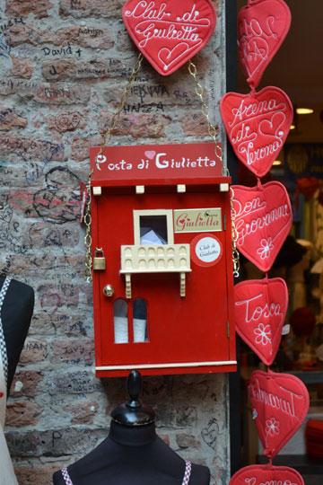 """לכבוד: """"יוליה, איטליה"""" - הדואר האיטלקי כבר יודע להוביל אותם לבית מימי הביניים (צילום: JULIET CLUB )"""