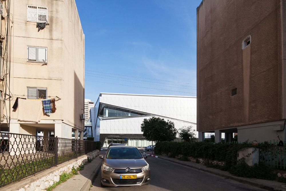 כך נראה הקניון על רקע בנייני המגורים השכנים. מי שיבוא בתחבורה ציבורית יתקשה למצוא את הכניסה, שסגורה בחניון (צילום: אביעד בר נס )
