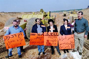 גוז'נסקי בהפגנה נגד כביש חוצה ישראל, 1999 (צילום: שאול גולן)