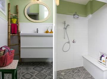 חדר הרחצה: מקלחון עם ספסל במקום אמבטיה, אריחים מעוטרים וצבע במקום קרמיקה בגוון בז' (צילום: שירן כרמל)