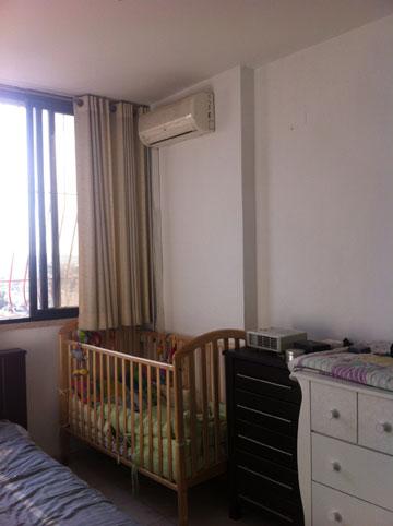 """""""לפני"""": חדר הורים עם מיטת תינוק (צילום: שירן כרמל)"""