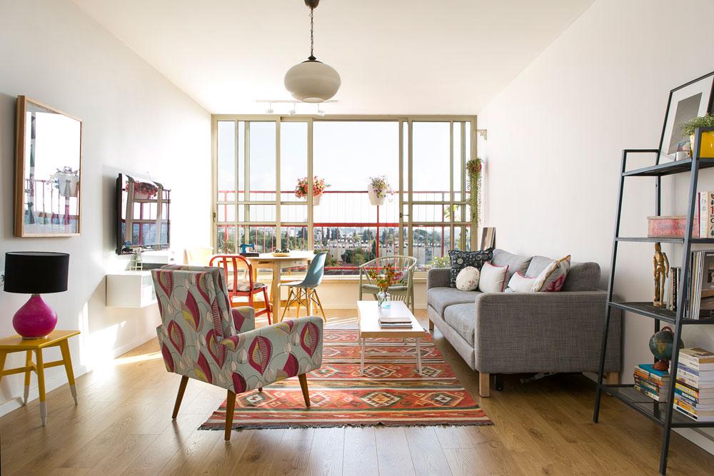 """שטח הדירה הוא 110 מ""""ר והיא נמצאת בקומה הששית של בניין בן 35 שנה. """"מצאנו סביבה שמתאימה לגידול ילדים, נוף שהיה לי חשוב, וחלל שהפנים שלו מזכיר את בית ילדותי"""", אומרת קלמן (צילום: שירן כרמל)"""